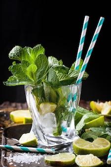 Ingrédients pour mojito en verre