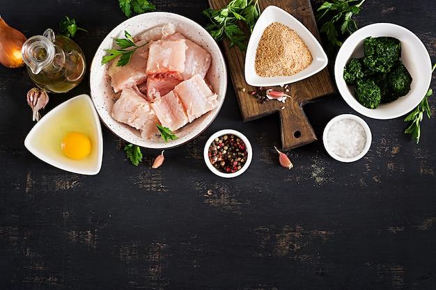 Ingrédients pour la morue, les épinards, les œufs et la chapelure faits maison.