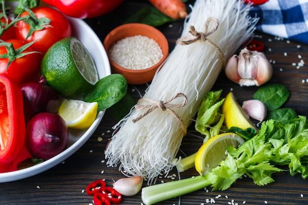 Ingrédients pour les nouilles végétariennes avec des légumes