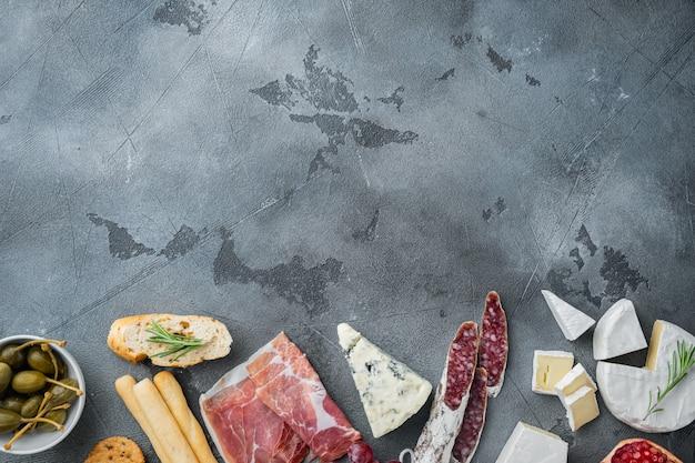 Ingrédients pour la nourriture espagnole, fromage de viande, jeu d'herbes, sur fond gris, vue de dessus avec espace de copie pour le texte