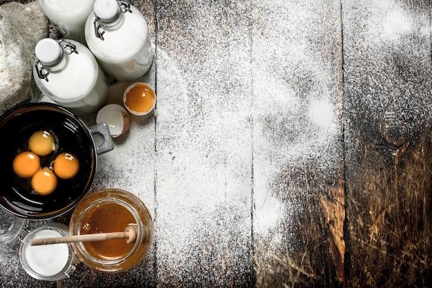 Ingrédients pour pâte fraîche sur table en bois.