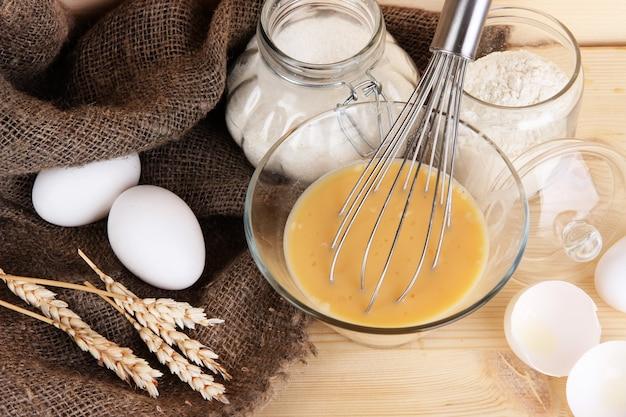 Ingrédients pour pâte sur table en bois sur fond de bois