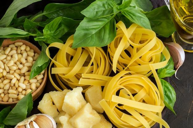 Ingrédients pour pâtes au pesto sur fond noir