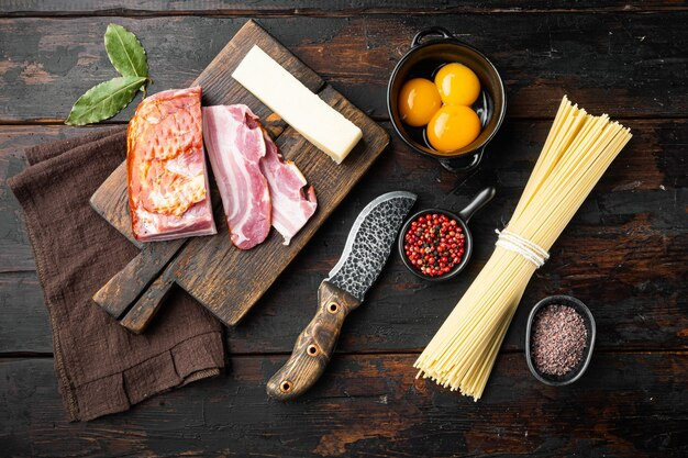 Ingrédients pour pâtes carbonara. ensemble de cuisine italienne traditionnelle, sur la vieille table en bois sombre, vue de dessus à plat
