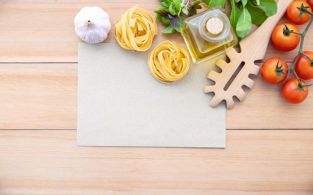 Les ingrédients pour les pâtes faites maison avec espace de copie sur une table en bois.