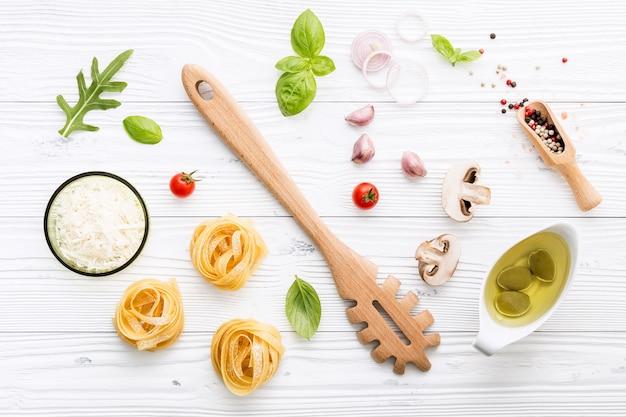 Ingrédients pour les pâtes faites maison sur fond en bois.