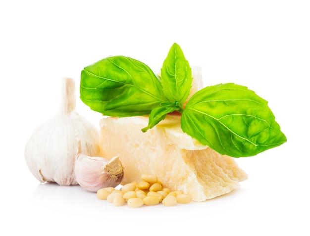 Ingrédients pour le pesto italien vert isolé sur blanc