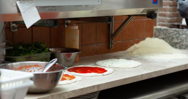 Ingrédients pour pizza napolitaine.
