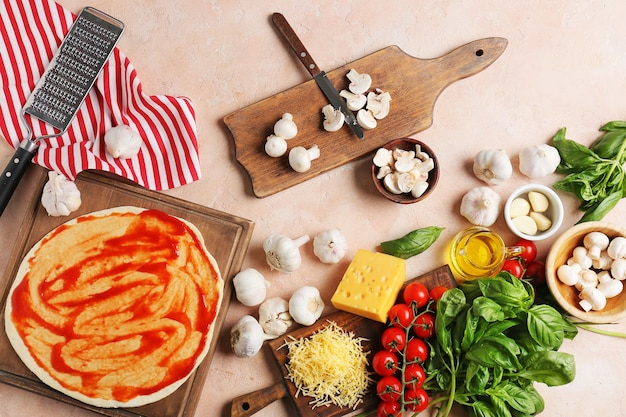 Ingrédients pour une pizza savoureuse sur la surface de couleur