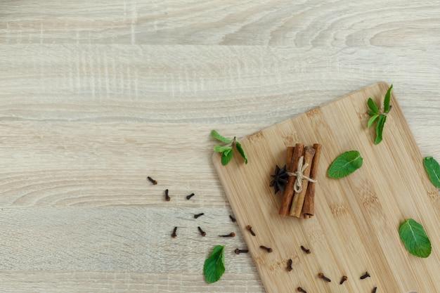 Ingrédients pour la préparation d'une boisson vitaminée sur une plateforme en bois