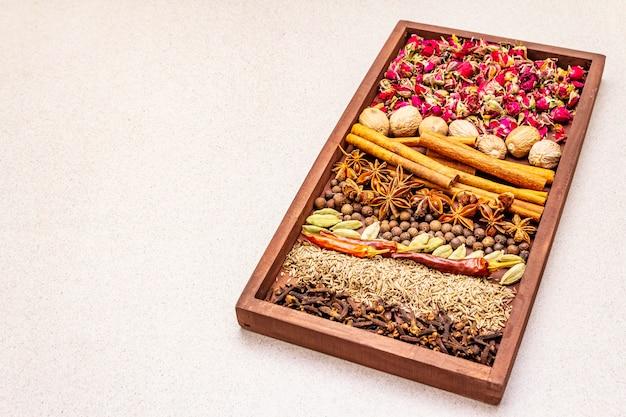 Ingrédients pour la préparation d'épices orientales ras el hanout