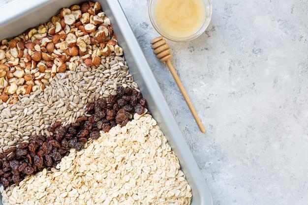 Ingrédients pour la préparation de granola.