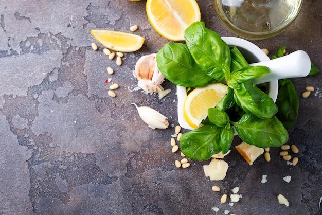 Ingrédients pour la préparation de la sauce pesto sur un fond de pierre,