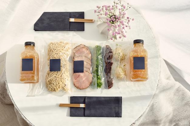 Ingrédients pour la préparation de la soupe ramen en sachets sous vide