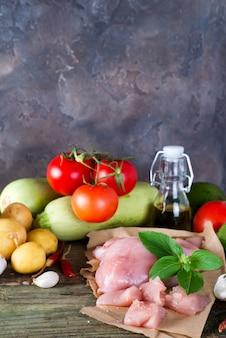 Ingrédients pour préparer du ragoût avec des légumes et de la viande sur un fond en bois ancien