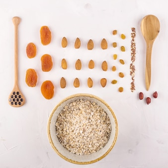 Ingrédients pour préparer des flocons d'avoine savoureux et sains au petit-déjeuner