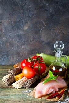 Ingrédients pour préparer des nouilles avec des légumes et de la viande