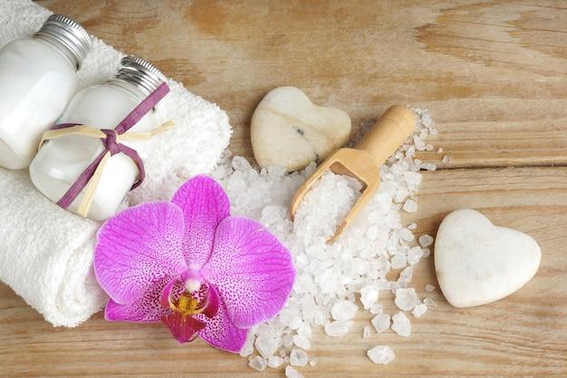 Les ingrédients pour les procédures de spa sont blancs sur une table en bois