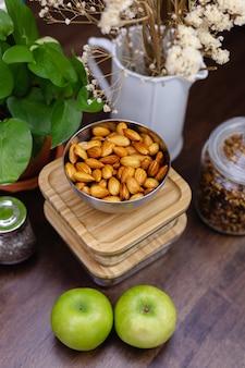Ingrédients pour des puddings de chia dessert sain dans la cuisine sur la table en bois