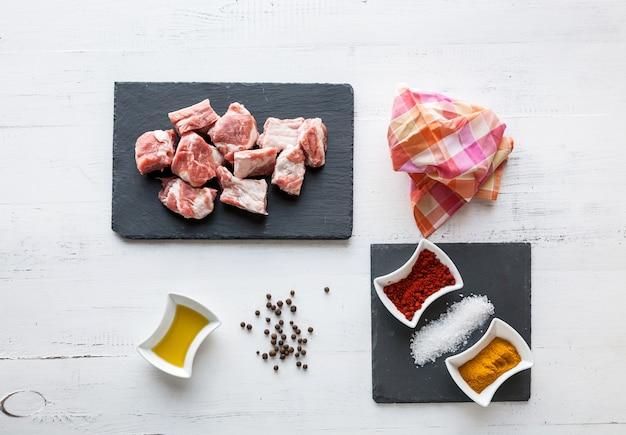 Ingrédients pour ragoût de boeuf à l'huile d'olive, paprika et curry