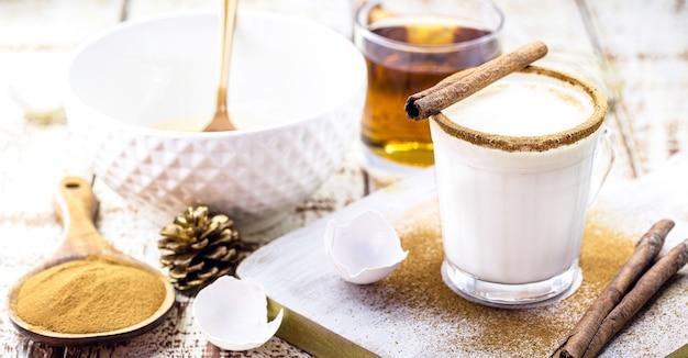 Ingrédients pour les recettes de noël, comment faire du lait de poule de noël avec des œufs, de la liqueur, de la cannelle et des châtaignes