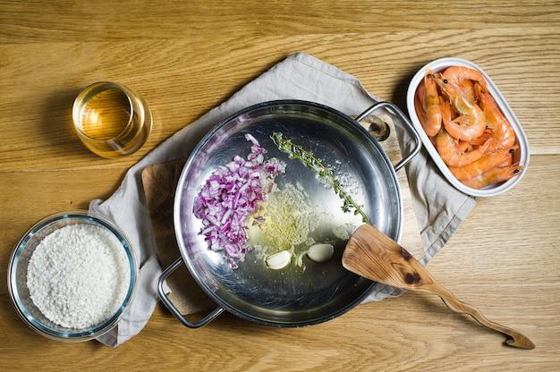 Ingrédients pour risotto italien. crevettes, vin blanc, riz, oignons, thym, ail.