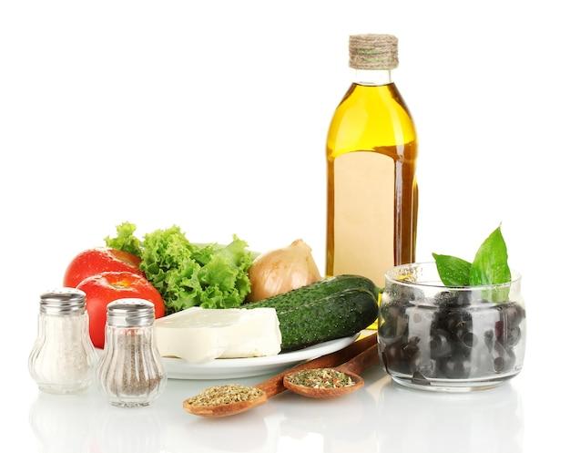 Ingrédients pour une salade grecque sur blanc