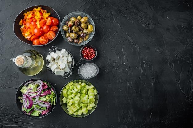 Ingrédients pour la salade grecque traditionnelle. tomates, oignons, olives, fromage feta