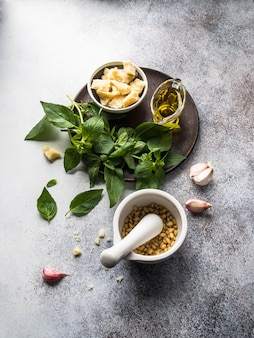 Ingrédients pour la sauce pesto. basilic vert, ail, pignons de pin, parmesan et huile d'olive