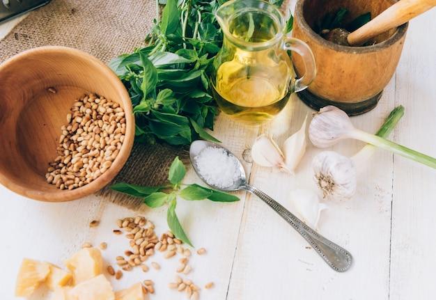 Ingrédients pour la sauce pesto traditionnelle