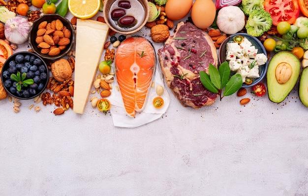 Ingrédients pour la sélection d'aliments sains mis en place sur fond de béton blanc.