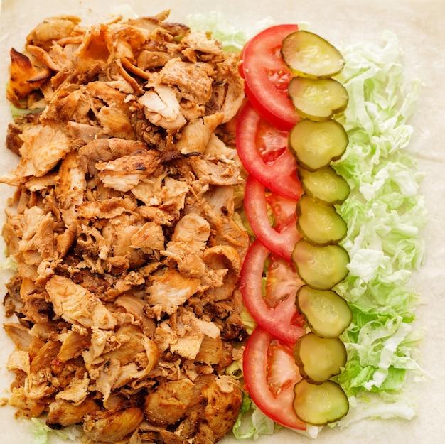 Ingrédients pour shawarma dans du pain pita. kebab d'agneau.