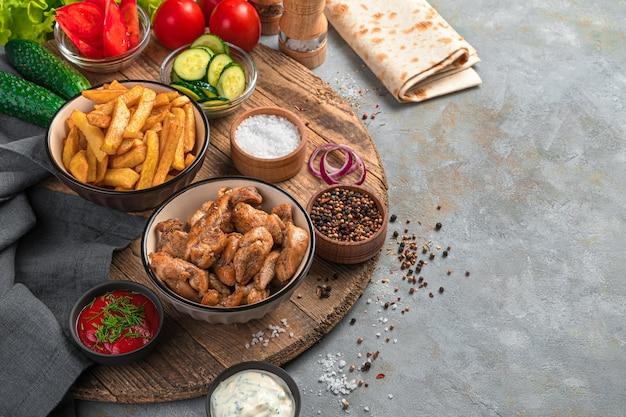 Ingrédients pour shawarma sur un mur gris. restauration rapide faite maison. vue latérale, copiez l'espace.