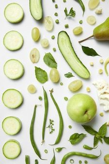 Ingrédients pour le smoothie vert bio aux fruits et légumes, boisson saine