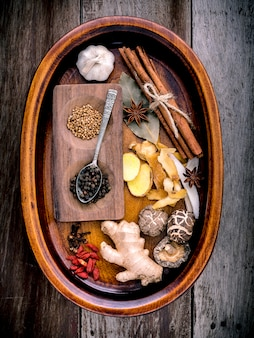 Ingrédients pour soupe aux herbes chinoise sur fond en bois minable.