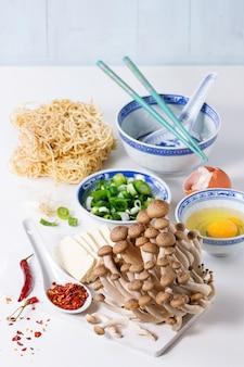 Ingrédients pour soupe de ramen asiatique