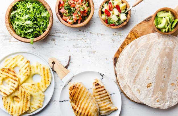 Ingrédients pour tacos au poulet avec ananas grillé