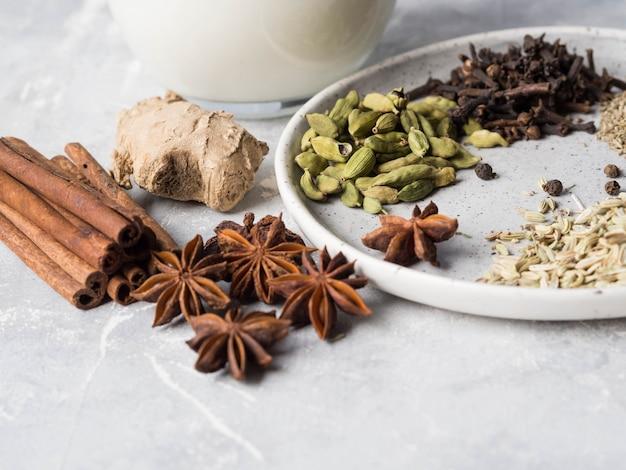 Ingrédients pour le thé masala sur fond gris.