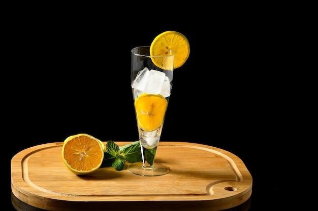 Ingrédients pour le verre à boisson orange avec de la glace décorée d'orange