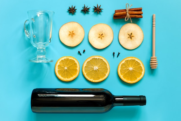 Ingrédients pour le vin chaud, nature morte sur le bleu
