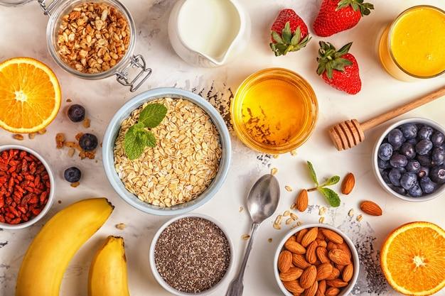 Ingrédients pour une vue de dessus de petit-déjeuner sain