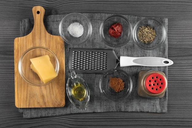 Ingrédients préparés avant la cuisson sur une vue de dessus de table en bois