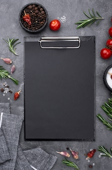Ingrédients avec presse-papiers sur table