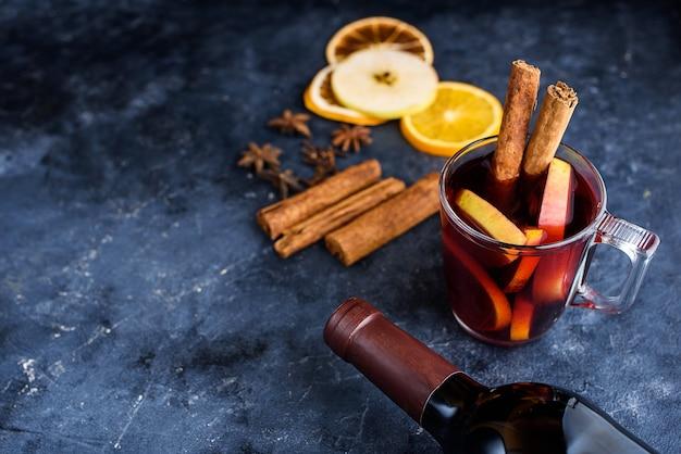 Ingrédients de recette de vin chaud sur tableau noir