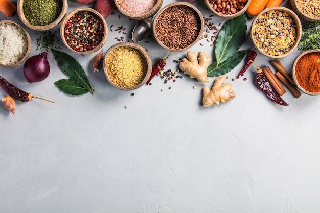Ingrédients sains et épices sur fond de murble rustique