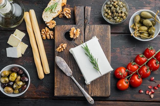 Ingrédients de la salade grecque feta au fromage, sur fond de bois foncé, vue de dessus