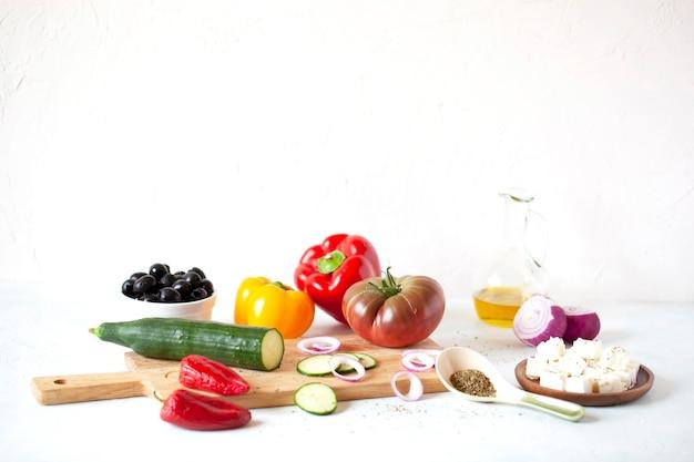 Ingrédients de la salade grecque sur fond blanc, recette originale, copyspace