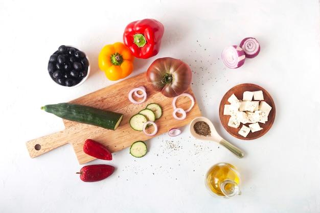 Ingrédients de la salade grecque sur fond blanc, recette originale, vue de dessus