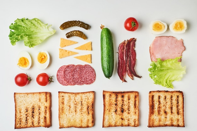 Ingrédients sandwich sur fond blanc, vue de dessus