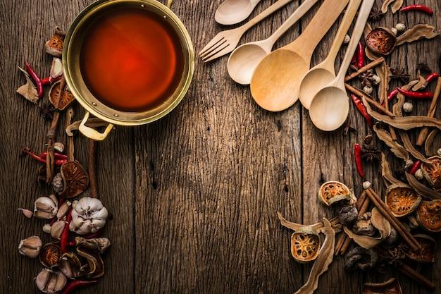 Ingrédients de la soupe asiatique sur la vieille table en bois vintage et l'eau de la soupe gloden